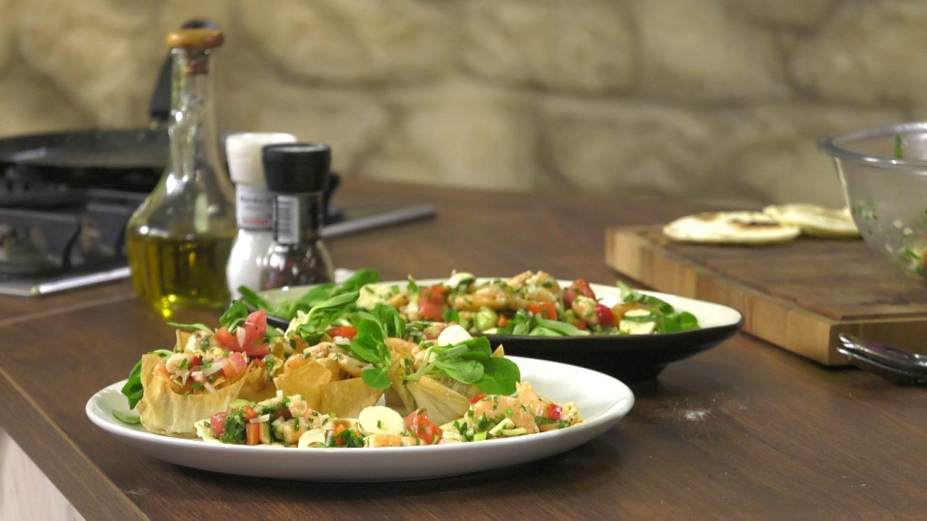 Salata od kozica sa kuglicama mocarele i bosiljkom