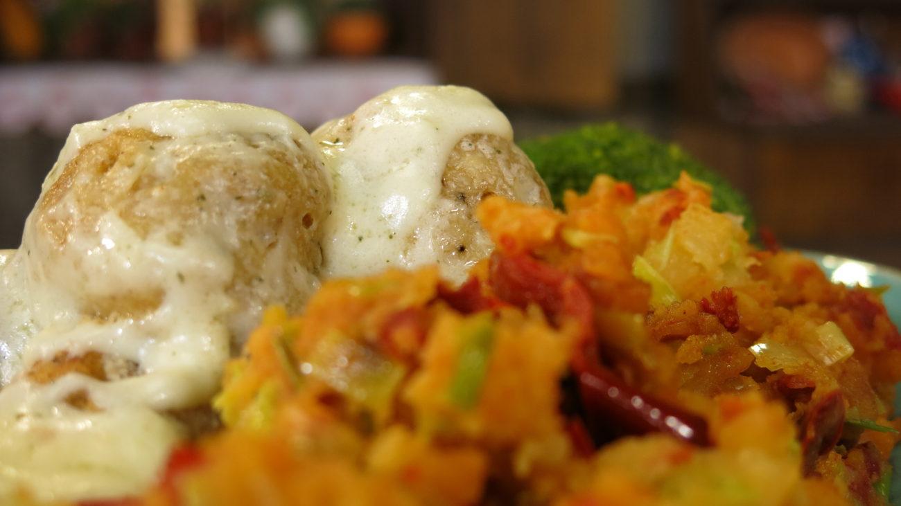 Knedle od oslića i restovan krompir sa prazilukom i suvom paprikom