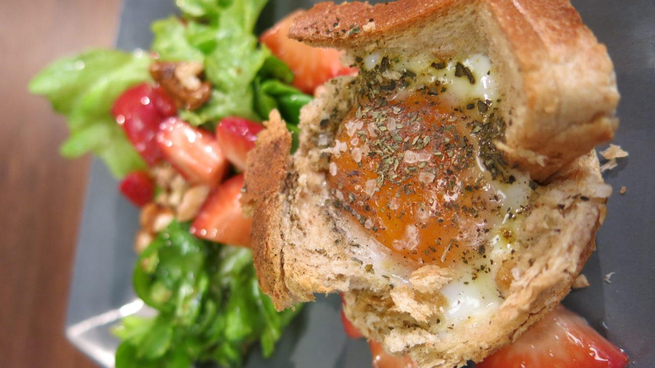 Korpice sa pečenim jajima, skonsi  i salata sa kamamberom i jagodama