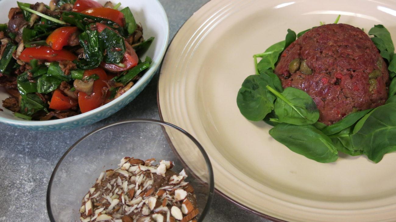 Tatar biftek i topla salata od pečuraka i čeri paradajza