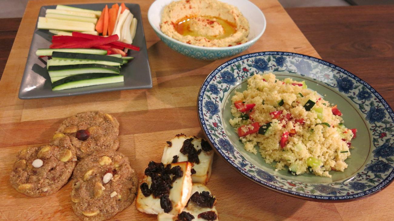 Humus sa štapićima od svežeg povrća i kuskus salata sa nanom