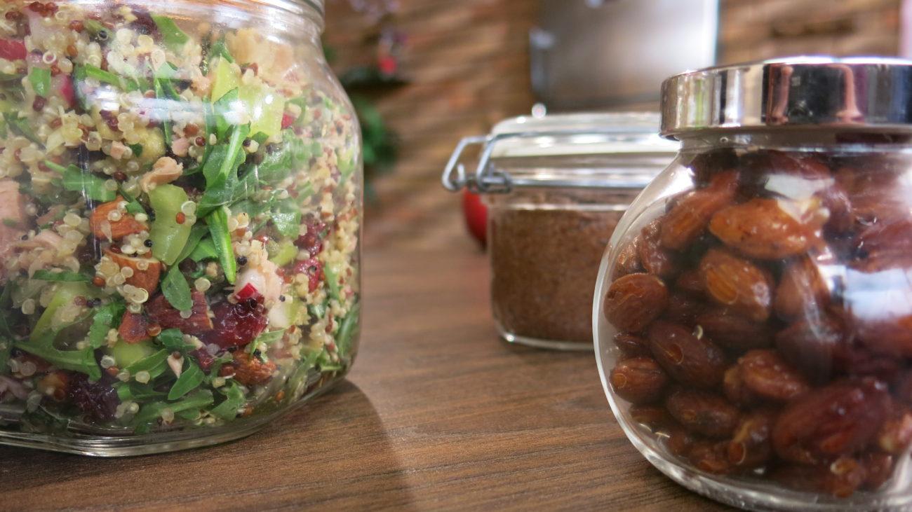 Salata od kinoe sa tunjevinom i prelivom od tahinija i začinjeni bademi