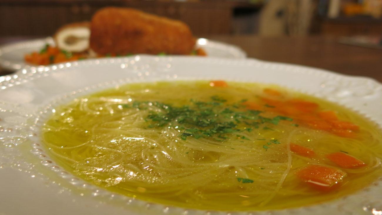 Kvrguša, pileća supa i punjena pileća prsa