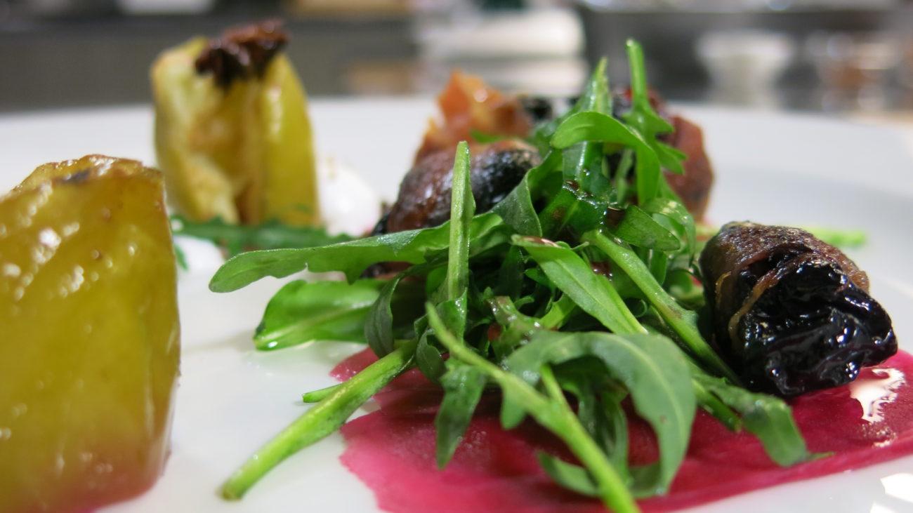Modernizacija salate – rolovane suve šljive sa penom od sira, ukiseljenom cveklom, pečenom jabukom i salatom od rukole