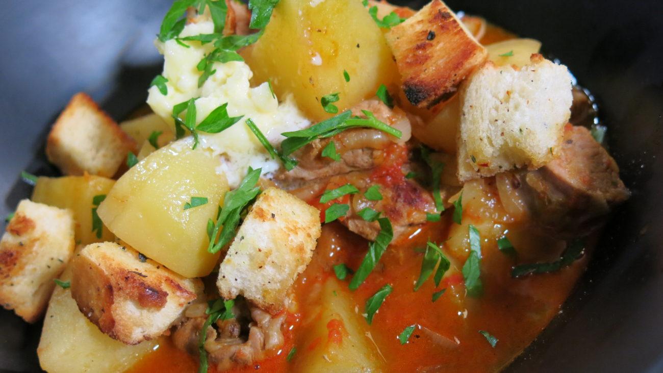 Selo Ba – ljuta krompir čorba sa krutonima i salatom od svežeg spanaća