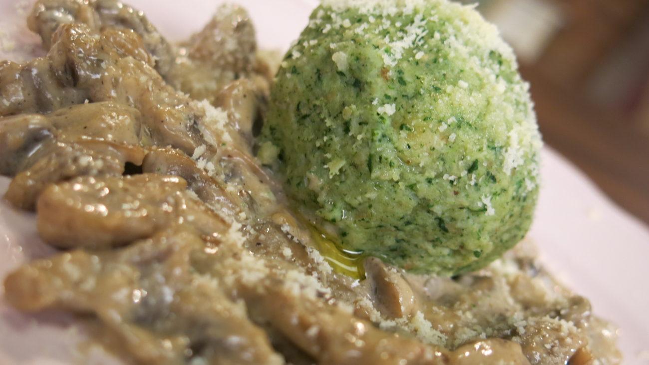Nemačke knedle od hleba i spanaća, umak od pečuraka, smuti od povrća