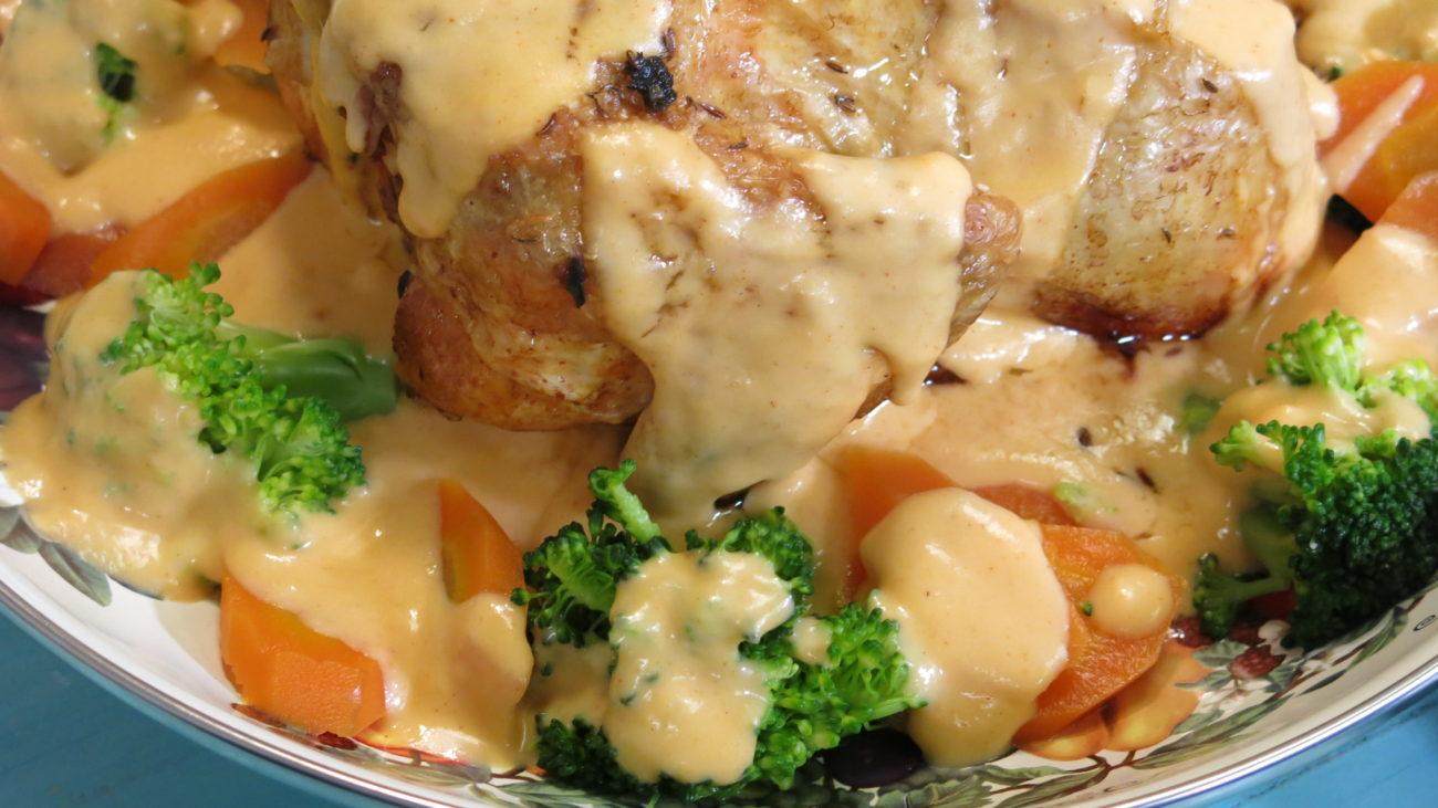 Pečena piletina sa jabukama i dunjama, sos od celera, salata od cvekle