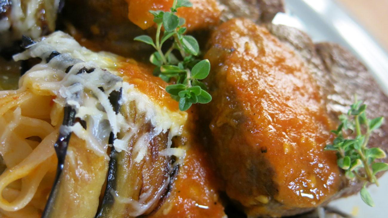 Grilovan biftek sa rolnicama od patlidžana i pirinčanih nudli, aromatizovani hleb