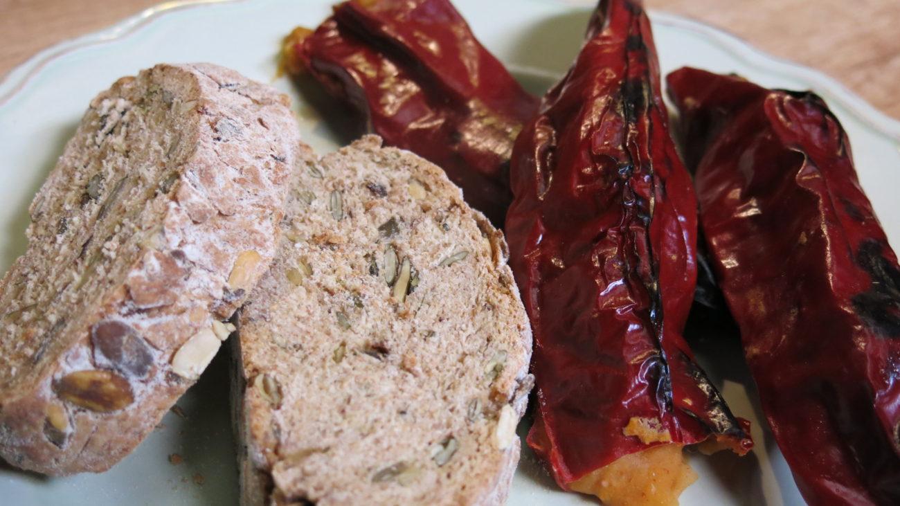 Red ražanog hleba, red pasulja, paprika i šljiva
