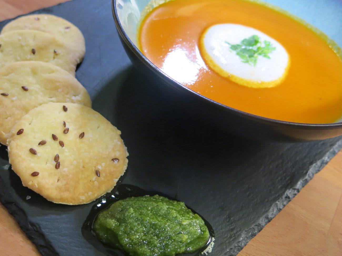 Supa od pečenog paradajza sa krekerima, pestom od bosiljka i penom od mleka