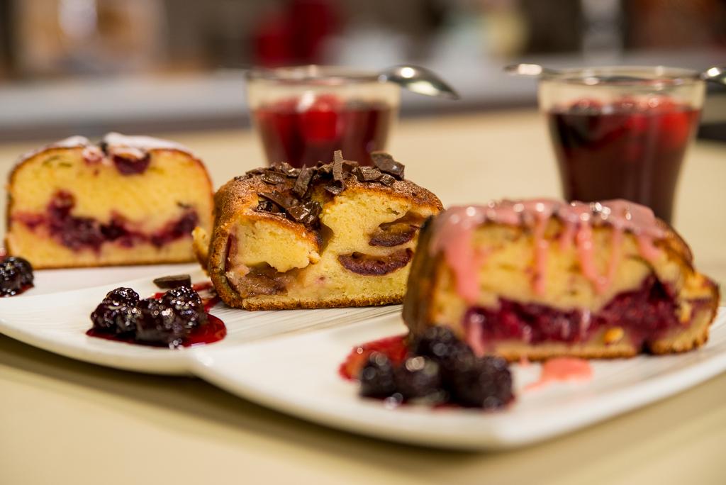 Bakin žuti kolač sa voćem