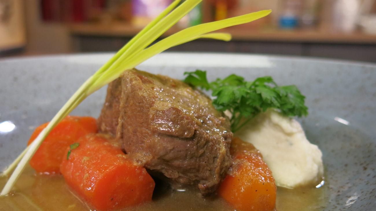 Juneći ribić u sosu, pire od karfiola, salata od cvekle i crvene paprike